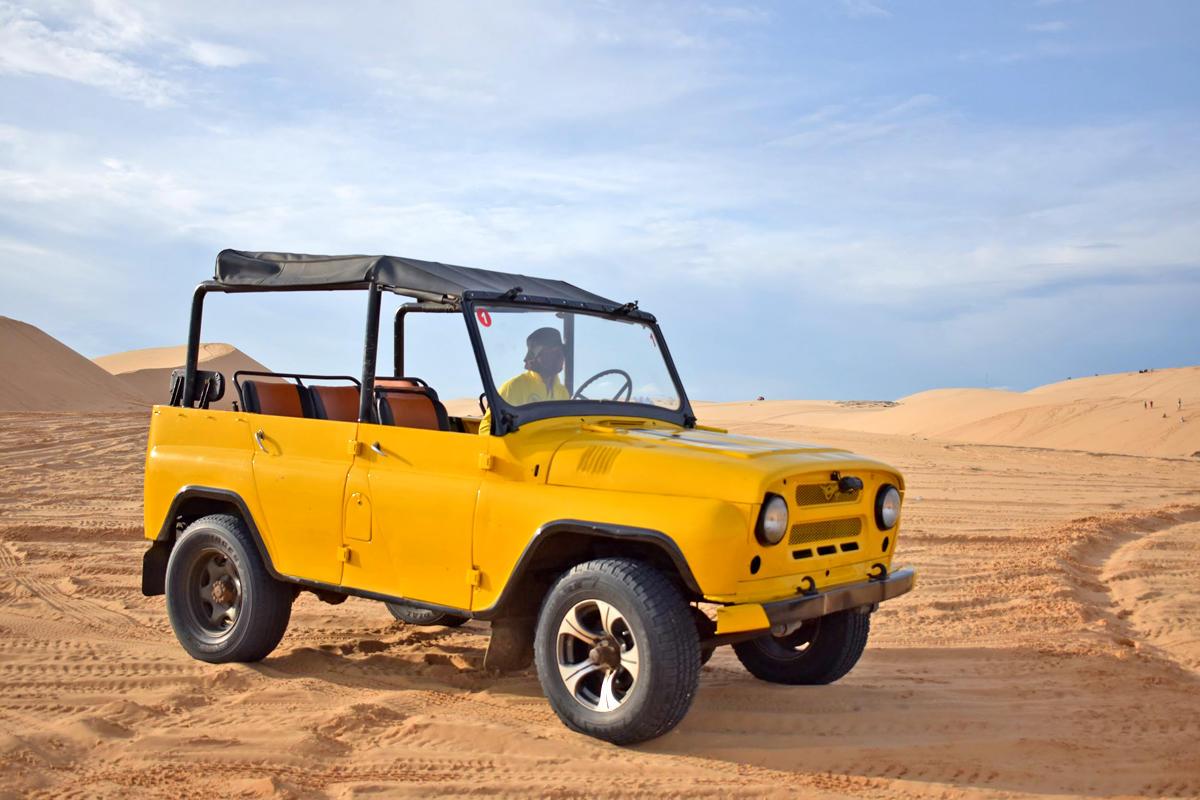 ジープで砂漠散策